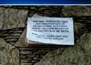 Cartazes em prédio ameaçam cães que fazem cocô na calçada