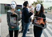 Portugueses protestam contra exploração animal em frente Burger King, em Lisboa