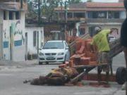 Cavalo não resiste a carga de tijolos e cai, em Camaçari, BA