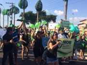 Protesto pede justiça após morte de centenas de pássaros em avenida de Manaus