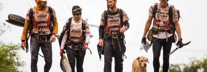 Cachorro acompanha atletas em corrida de aventura épica e é adotado por eles