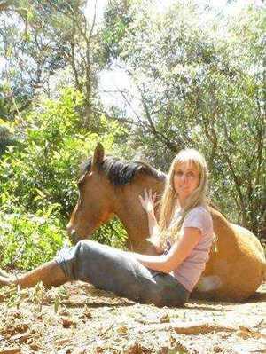 Cavalo deitado ao seu lado é cavalo feliz!