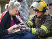 Bombeiros salvam gato de casa em chamas usando máscara de oxigênio