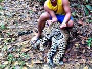 Homem mata onça e posa ao lado de animal morto no interior do Amazonas
