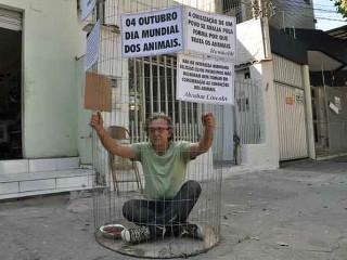 Comerciante vai se trancar em gaiola para protestar contra os maus-tratos a animais em MG