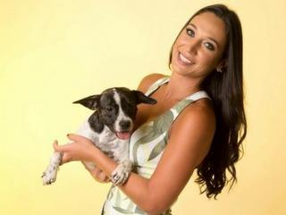 'Cachorreira', comerciante usa amigas e seus cães de modelo e dá parte da venda a entidade