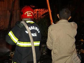 Vizinhos ajudam a salvar cachorro durante incêndio em Belém, PA