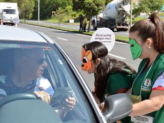 Blitz aborda motoristas para conscientização do problema do atropelamento de animais em Sorocaba, SP
