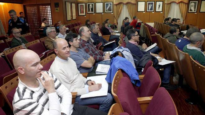 Policiais e funcionários públicos assistem a curso sobre abandono animal na Galícia, Espanha
