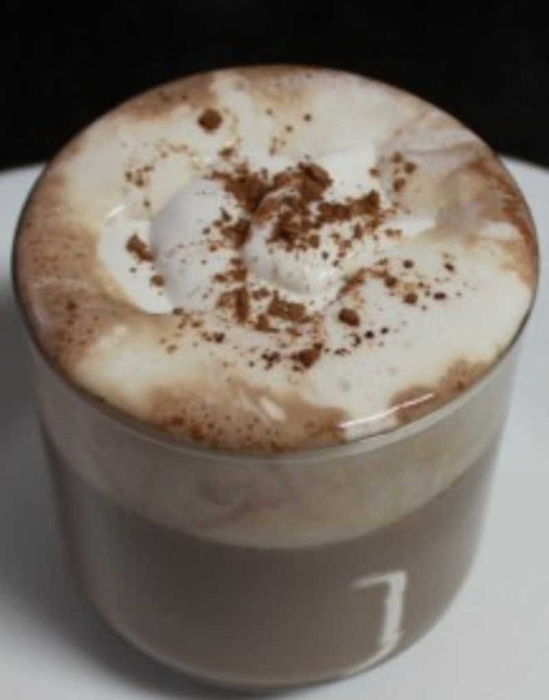 Chocolate quente com chantilly de coco