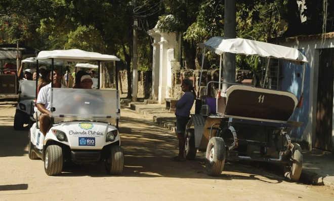 Carrinhos elétricos estreiam no lugar de charretes na Ilha de Paquetá, no RJ