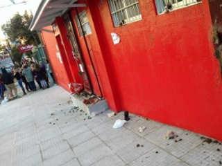 Moradores homenageiam cão morto por urinar em calçada em Porto Alegre, RS