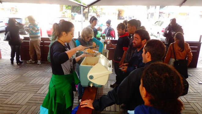 Vanguarda Abolicionista promove mais uma ação do projeto Veganismo Solidário em Porto Alegre, RS