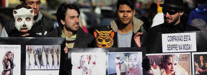 Porto Alegre (RS) tem protesto contra uso de pele de animais em roupas