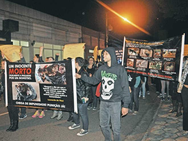 Protetores de animais vão às ruas e pedem justiça em Votuporanga, SP