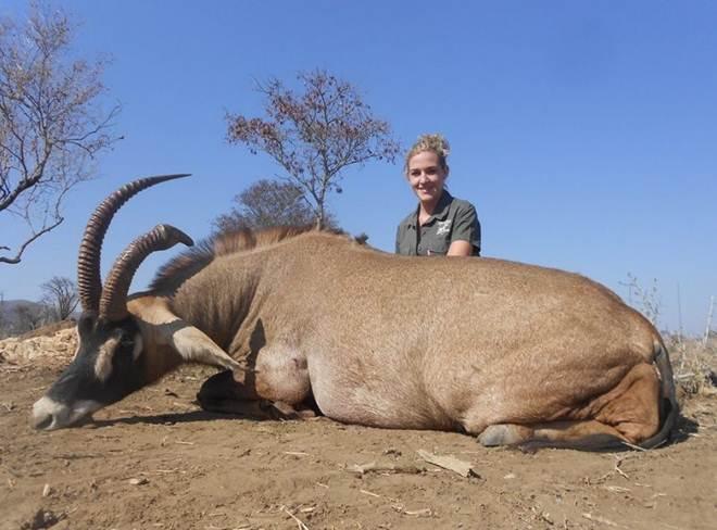 Caçadora é criticada após posar para fotos com animais mortos