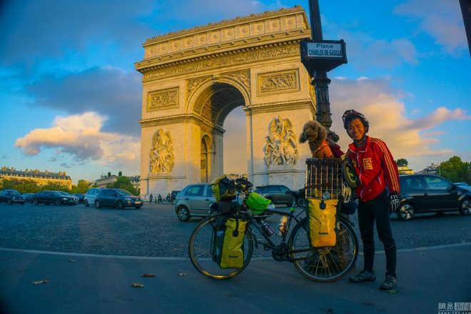 Ciclista chinês e seu cão pedalam por 23 países para promover os direitos dos animais