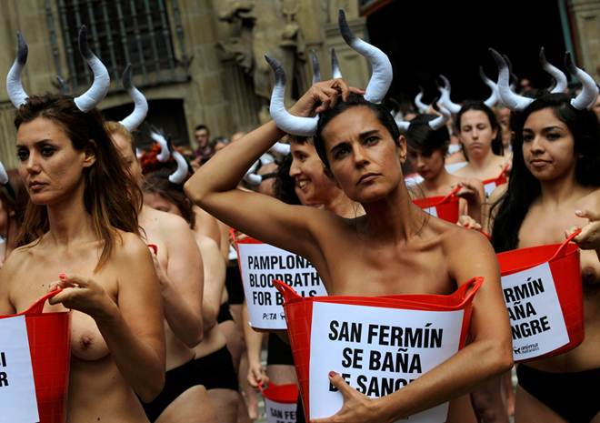 Banho de sangue contra as corridas de touros na Espanha