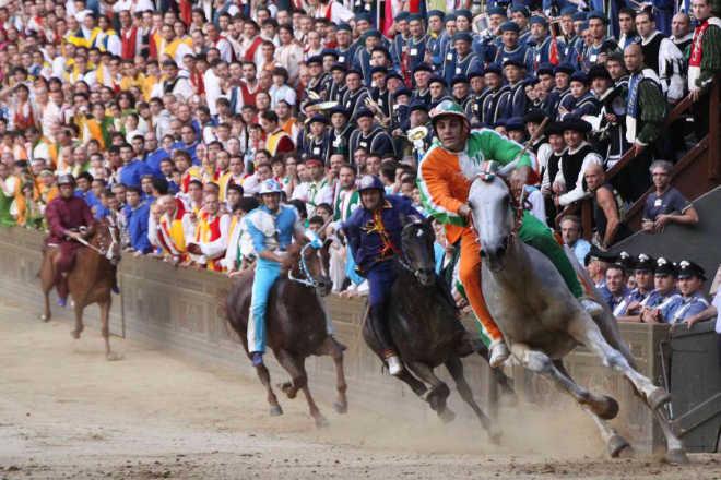 Itália: Palio de Siena e os maus-tratos aos cavalos