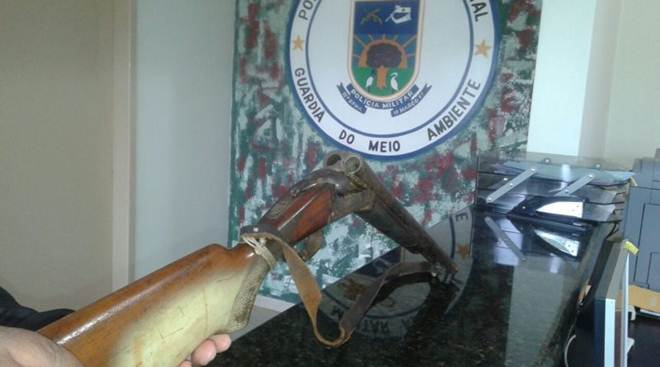 """PMA desmonta acampamento de """"espera"""" de caça de animais silvestres e apreende arma em Eldorado, MS"""