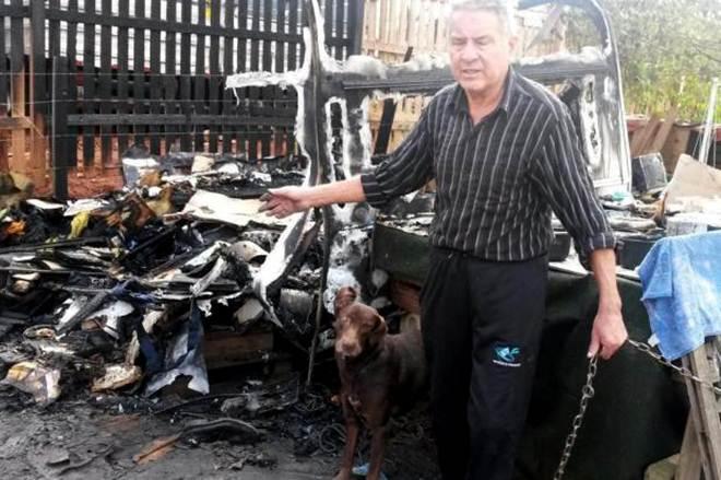 Incêndio criminoso destrói trailer e mata quatro cachorros no Centro de Gravataí, RS