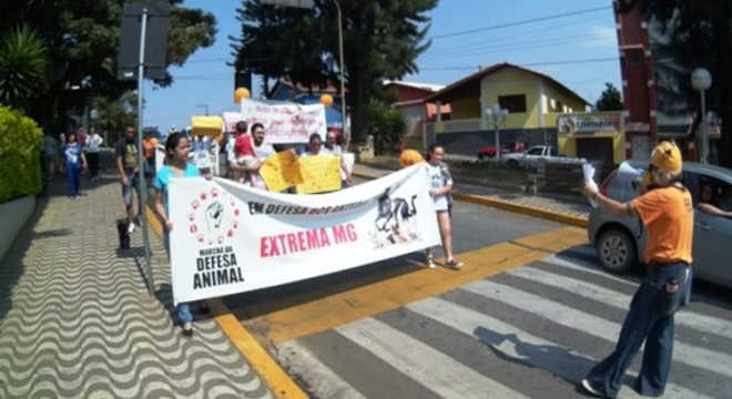 Marcha conscientiza sobre direitos dos animais em Extrema, MG