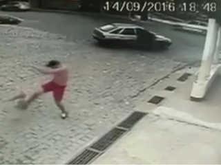 Homem é flagrado agredindo cachorro em Valença, no Sul do Rio de Janeiro