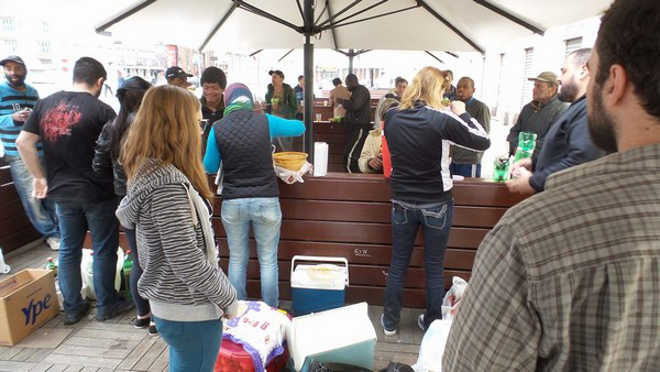 ONG promove nova distribuição de almoços veganos a moradores de rua em Porto Alegre, RS