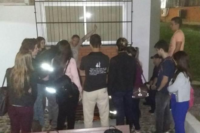 Bombeiros resgatam gato preso em cano na Unisc, em Santa Cruz do Sul, RS