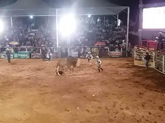 Peão morre ao ser pisoteado por touro durante rodeio em Cosmorama, SP