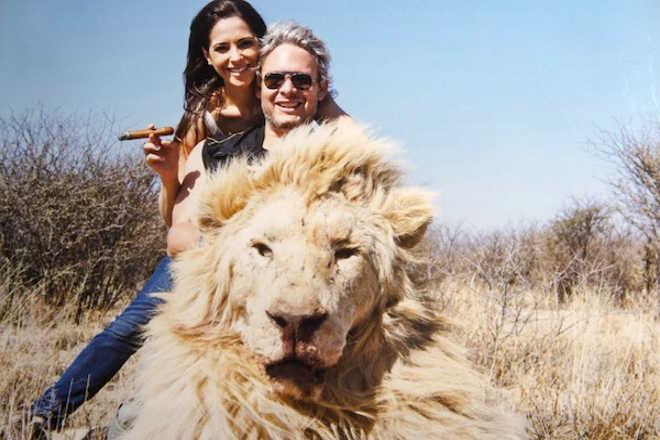 Casal milionário posa para fotos românticas ao lado de animais mortos e causa polêmica