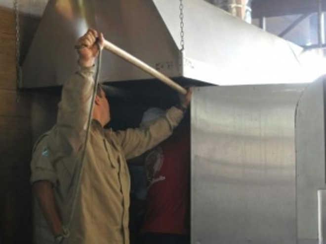 Gato fica preso em churrasqueira de restaurante e resgate dura meia hora, em Campo Grande, RS