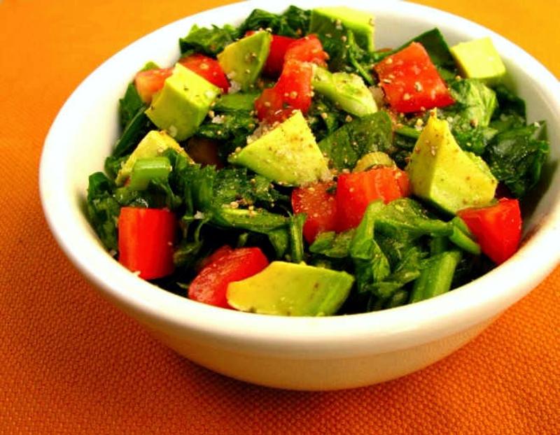 Salada de espinafre com abacate e tomate