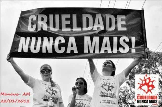 ONG realiza neste domingo (27) protesto em repúdio à aprovação da PEC da 'Vaquejada', em Manaus, AM
