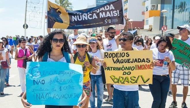 Grupo pede fim da vaquejada em protesto no Farol da Barra, em Salvador, BA
