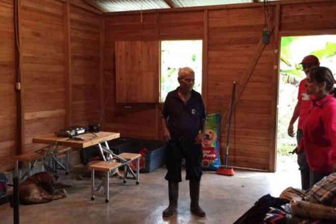 A comovente história do idoso que se negou a abandonar cães para fugir de furacão