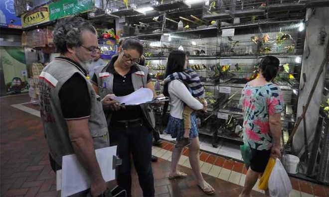 Fiscais impedem chegada de novos animais ao Mercado Central de Belo Horizonte, MG