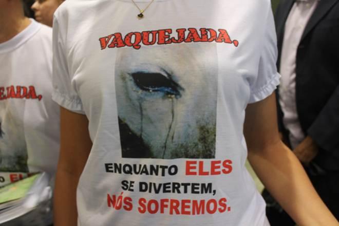 Manifestantes promovem protesto contra a vaquejada neste domingo em João Pessoa, PB