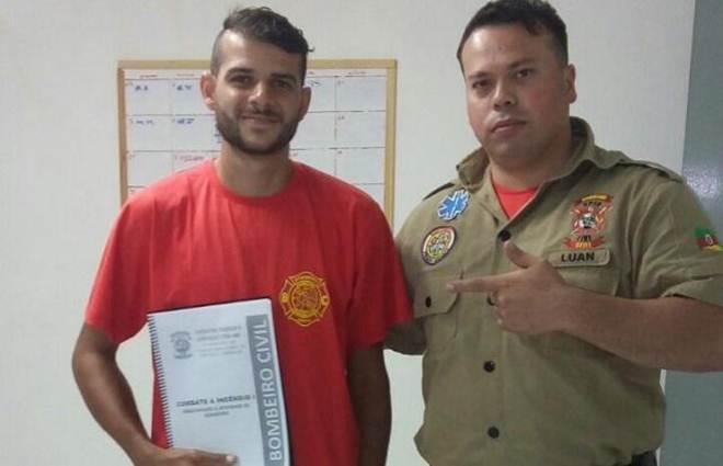 """Motoboy que salvou gatinho em Canoas (RS) ganha curso de bombeiro civil: """"É um sonho"""""""