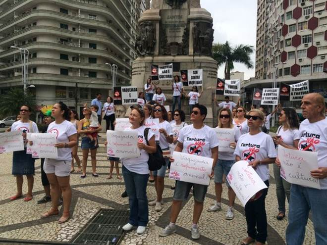 Manifestação contra a vaquejada acontece em Santos, SP