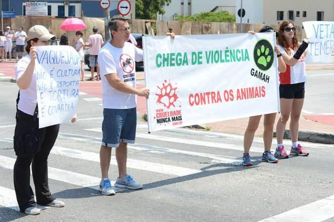 Ativistas protestam contra prática de vaquejadas e rodeios em Sorocaba, SP