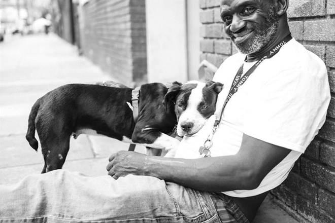 Morador de rua consegue teto para viver. E só fica satisfeito quando consegue levar seu cãozinho com ele