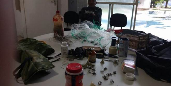 Polícia de Meio Ambiente prende suspeito de promover rinha de galos em Itabira, MG