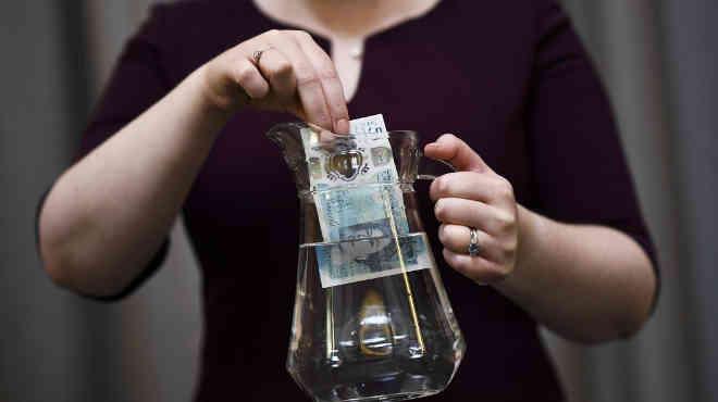 Empresa fabrica notas de 5 libras com gordura animal e causa revolta