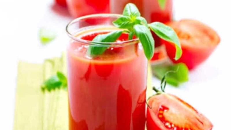 Suco de tomate com manjericão