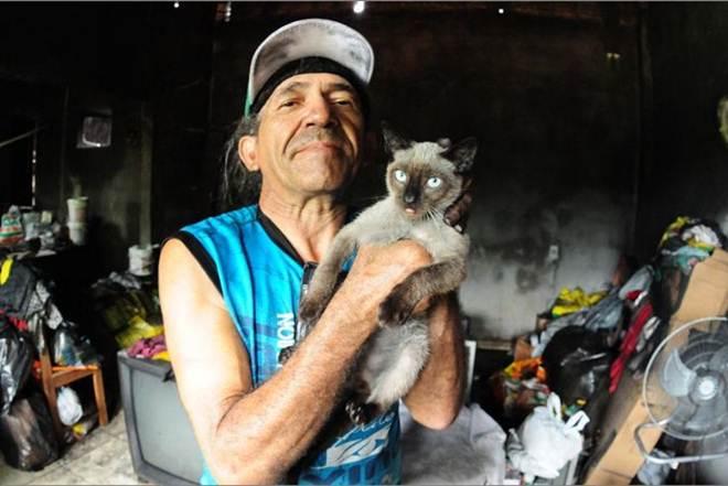 Idosos que resgatavam animais de rua pedem ajuda para recuperar a casa em Manaus, AM