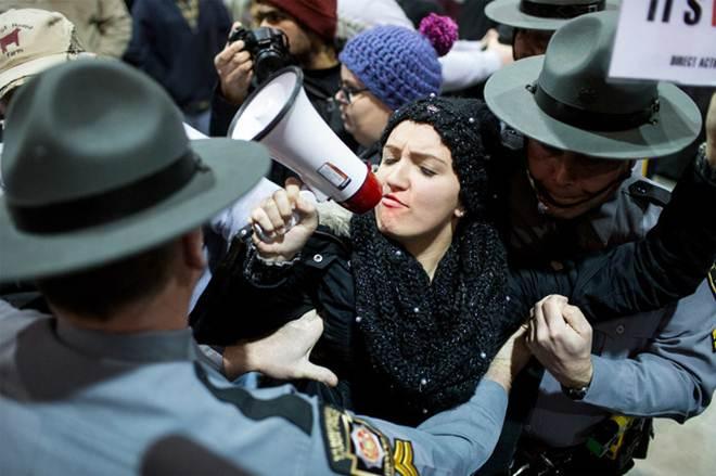 Ativistas interrompem discurso do governador na abertura de uma feira agropecuária na Pensilvânia, EUA