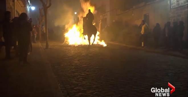 Cidade espanhola é criticada por tradição que força cavalos e cavaleiros a pular grandes fogueiras
