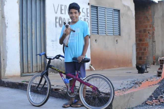 Menino comove redes sociais ao trocar bicicleta por ração para os gatos da rua