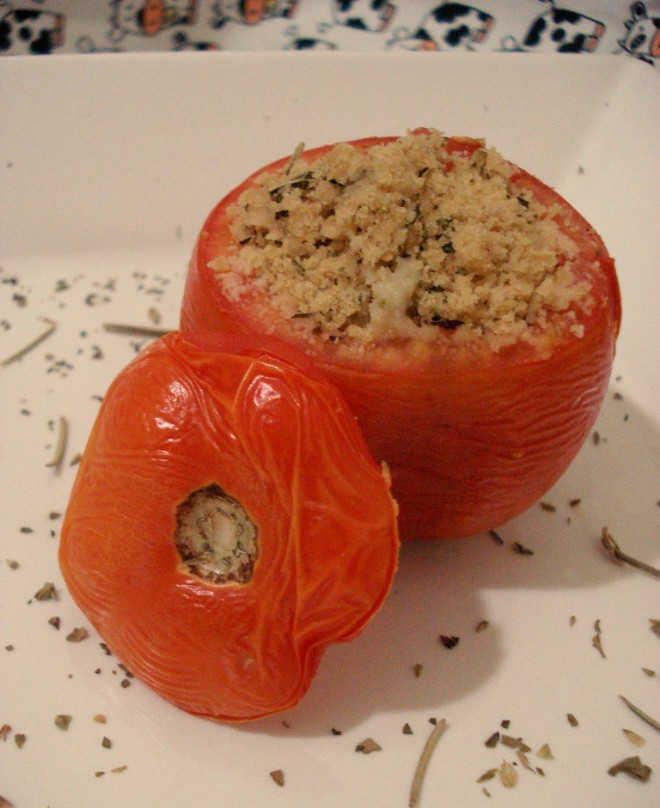 Tomate recheado com farofa de ervas